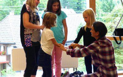 Kinder beim Theaterkurs mit Spaß dabei