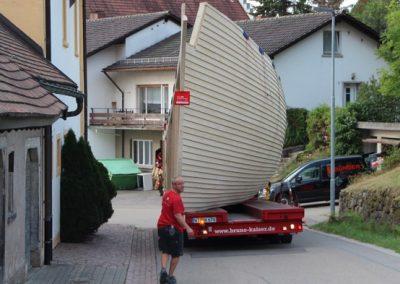Ein Schiff fährt durch den Schwarzwald