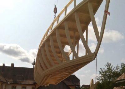 Zwei Schiffseinzelteile werden nun im Klostergarten zusammengefügt